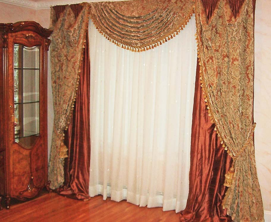 Traditional Bedroom Window Treatment