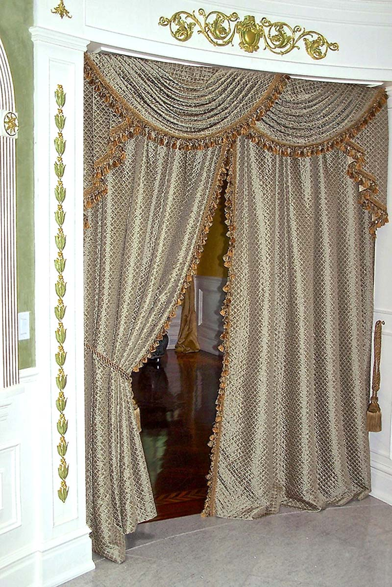 Traditional Living Room Window Treatment